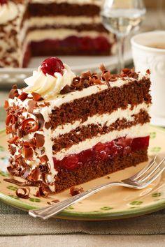 Das Geheimnis für die perfekte Schwarzwälder Kirschtorte? Das richtige Verhältnis von Teig, Sahne und Früchten! Mit diesem Rezept gelingt's garantiert! #kirschtorte #schwarzwälderkirschtorte #torte #klassiker #sahne #kirschen #schokolade #rezept #idee #geburtstagstorte Black Forest Cherry Cake, Fat Foods, Food Categories, Food Cakes, Low Calorie Recipes, Party Cakes, Coco, Cake Recipes, Food And Drink