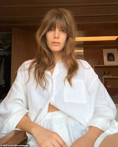The impossibly comfortable linen lounge set everyone loves Hair Inspo, Hair Inspiration, Hairstyles With Bangs, Cool Hairstyles, Medium Hair Styles, Curly Hair Styles, Dream Hair, Grunge Hair, Hair Dos