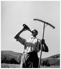 Robert Doisneau // Wuenheim - L'homme à bouteille dans les champs, Alsace, 1945. ( http://www.gettyimages.co.uk/detail/news-photo/man-drinking-from-the-bottle-to-cool-off-during-the-harvest-news-photo/452148844