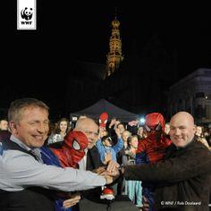 WNF-ambassadeurs Harm Edens en André Kuipers doven de lichten van de St. Bavo in Haarlem voor Earth Hour 2014