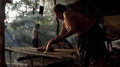 """""""Dentro del bosque existen seres supremos, pequeños y grandes, visibles e invisibles, móviles e inmóviles, que están vivos. Los humanos somos una parte de ellos"""", explica Tupak Viteri, uno de los siete kurakas o autoridades tradicionales de Sarayaku. """"Aquí existen espíritus, animales, árboles, que tienen energías y a los que estamos conectados a través de los sueños. Ellos conforman la selva viviente"""", añade, bastón de mando en mano, este vigoroso kichwa de 32 años."""