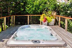 Spa Jacuzzi® J495 installé sur une terrasse en bois #spa #jacuzzi