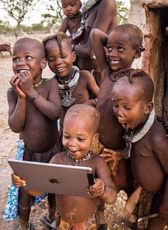 Le choc des civilisations... / Children amazed by the iPad. / Africa. / Afrique.