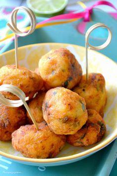 Beignets de fruit à pain à la morue, au citron vert & aux herbes.