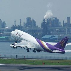 Seem like this Boeing 747 is taking off. Can you guess the city in this photo? #ThaiAirways  Credit:IG @shinnosuke_f