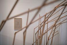 """Detalle de Le Foyer. En él, Azpilicueta invita a los visitantes a sentarse o recostarse junto a extraños bajo un refugio de madera y escuchar una reproducción de audio, basada en el guion en proceso de """"Bestiario de Lengüitas"""". La pieza de mobiliario fue concebida por Mercedes en colaboración con Ana Ausín, arquitecta con sede en Madrid, para fomentar la experiencia de diferentes temporalidades, las posiciones y las interacciones con el espacio de exposición, así como entre los visitantes. Madrid, Audio, Exhibition Space, Flat, Exhibitions"""