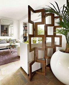 Este es un divisor plegable de madera de bello diseño que decora muy bien un espacio modernista o contemporáneo. Es sencillo y su forma contrasta con el espacio de una forma equilibrada.