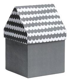 Tummanharmaa/Kuviollinen. Pahvinen säilytyslaatikko, jossa katon muotoinen kuviollinen kansi. Koko 11,5x11,5x17,5 cm.