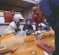 GP CARRERA DE CAMPEONES, BRANDS HATCH, 1969 - El consejo de cerebros de McLaren reunidos en una imagen: Denny Hulme, a la izquierda, Phil Kerr entre él y Bruce, Tyler Alexander de rojo y Teddy Mayer a la derecha. En 1969 la temporada de Can-Am de 11 carreras se cobró su peaje en la habilidad de McLaren de organizar una campaña efectiva en la Formula 1. (© Edward Eves / Bruce McLaren: Life and Legacy of Excellence).