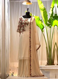 Designer Sarees Wedding, Designer Party Wear Dresses, Kurti Designs Party Wear, Indian Designer Outfits, Pakistani Dresses Casual, Indian Gowns Dresses, Pakistani Dress Design, Heavy Dresses, Trendy Dresses