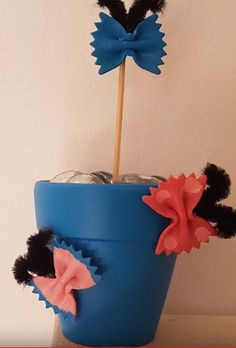 Sweet butterfly-flowers made of noodles. Butterfly Flowers, Flower Pots, Noodles, Planter Pots, Tutorials, Sweet, Diy, Flower Vases, Macaroni
