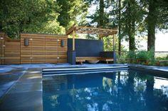 banc moderne sous la pergola en bois et piscine de jardin
