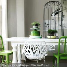 Ein Wald-Look wurde in diesem Esszimmer schön umgesetzt. Die Kombination aus grünen Stühlen und Weiß wirkt frisch und lebendig. Der natürliche Stil wird…