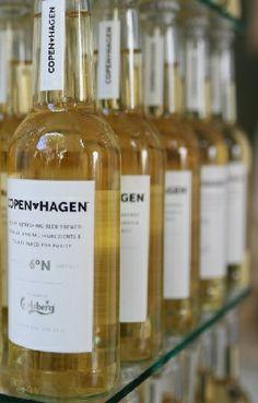 J'ai choisi ce produit car à mon avis Carlsberg fait un coup marketing intéressant en visant une clientèle qui n'a historiquement pas l'habitude de boire de la bière. Pour les séduire, CopenHagen prend l'apparence d'un alcool que les femmes ont généralement l'habitude de consommer : une bouteille de vin.
