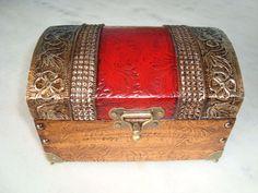 Bau pequeno com textura vermelha e dourada envelhecido . www.elo7.com.br/esterartes