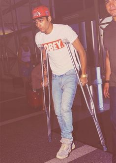 aww poor zayn sprained his ankle :(