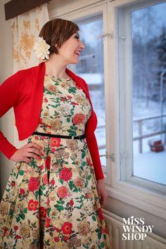 Colour the winter (c) misswindyshop.com   #dress #fifties #vintage #circle #floral #rose #bolero #shrug #red #petticoat #everydayisadressday #dressrevolution #mekkovallankumous