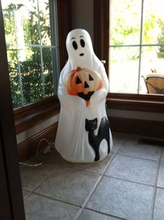 It is time that you learned how mold can make you sick and how you can prevent against it. Become educated about mold! Halloween Clay, Halloween Blow Molds, Retro Halloween, Vintage Halloween Decorations, Halloween Items, Halloween Ghosts, Holidays Halloween, Happy Halloween, Halloween Party