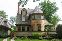 Frank Lloyd Wright nascido em 08 junho de 1867 em Richland Center, WI foi um arquiteto americano, designer de interiores, escritor e educador, que projetou mais de 1.000 projetos, o que resultaram em mais de 500 obras concluídas.