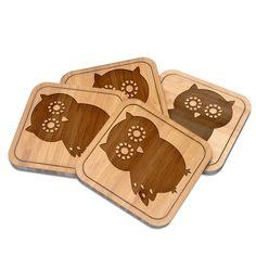 Untersetzer quadratisch Eule Seitenflügel aus Bambus  Coffee - Das Original von Mr. & Mrs. Panda.  Diese quadratischen Untersetzer mit abgerundeten Kanten sind ein besonderes Highlight auf jedem Esstisch. Jeder Gläser Untersetzer wurde mit viel Liebe handgefertigt und alle unsere Motive sind mit besonders viel Hingabe von unserer Designerin gestaltet worden. Im Set sind jeweils 4 Untersetzer enthalten.    Über unser Motiv Eule Seitenflügel  Diese niedliche Eule ist unser Bestseller! Sie ist…