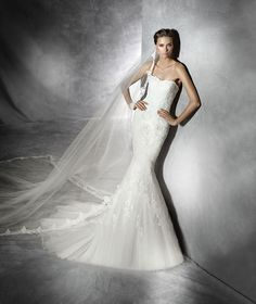 Tulle, mermaid wedding dress with lace and guipure appliqués. Bodice with sweetheart neckline finished in guipure.