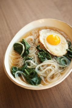 A comforting and easy Sunday lunch idea: noodle soup with fried egg. Several different noodle soup recipes at this site. Think Food, I Love Food, Good Food, Yummy Food, Asian Recipes, Healthy Recipes, Ethnic Recipes, Asian Egg Noodle Recipes, Korean Soup Recipes