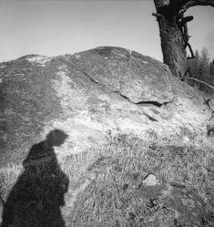 Imogen Cunningham, « Self-Portrait, Grass Valley 2 » , 1946 © 1946, 2011 The Imogen Cunningham Trust / www.imogencunningham.com