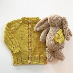 WEBSTA @ tfjaer - Lille kanin sammen med #basisjakka 🐰Enkel og kjempefin jakke i den fineste gulfargen. Mønster av @becharmed_strikk #strikk#strikking#strikkedilla#strikkejakke#strikkemamma#strikktilbaby#strikktilgutt