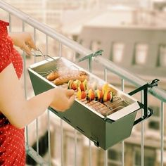 Balcony BBQ No more excuses for not inviting your friends to a barbecue at your place! With the Balcony Barbecue Grillit's no longer necessary to have a big yard, garden or house, as you can use this amazing barbecue grill on your balcony! Mini Barbecue, Barbecue Grill, Mini Grill, Grilling, Barbecue Original, Casa Hipster, Bbq Party, Grill Party, Small Apartments