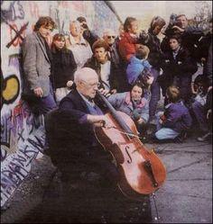 Le 11novembre 1989, M. Rostropovitch joue devant le mur de Berlin.