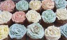 Annas Blumen-Cupcakes  Wunderschöne Creme-Blumen erstellt Ihr mit passenden Tüllen.  Jetzt stöbern!  #pativersand #blumencupcakes #tüllen #garniertüllen  http://www.pati-versand.de/torten-und-kuchen/garniertuellen-und-beutel/blumen/garniertuelle-petals-wave-gross?c=314