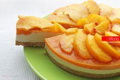 La torta fredda alle pesche è una torta a doppio utilizzo: può essere gustata freddissima, ma anche fresca e racchiude tutta la bontà di questo frutto.