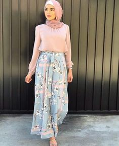 In love with both the outfit and the hijab style. Possible wedding outfit? Modern Hijab Fashion, Street Hijab Fashion, Hijab Fashion Inspiration, Islamic Fashion, Abaya Fashion, Muslim Fashion, Modest Fashion, Fashion Outfits, Dress Fashion