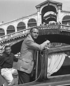 Paul Newman devant le pont du Rialto, à Venise, en 1963.