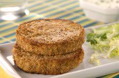 Los copos de avena por su consistencia al humedecerse nos permiten preparar facilmente hamburguesas o albóndigas. Les proponemos una sencilla receta para disfrutar de unas hamburguesas caseras de avena.
