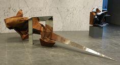 """""""O przezwyciężaniu cierpienia - o twórczej sile nadziei"""" forma I - praca dyplomowa - metal, lustro, 480x140x100 cm, 2012"""