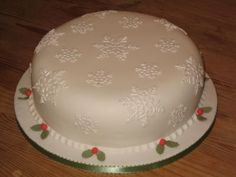 Sweet & Simple Snowflakes - A simple cake done for my son's school Christmas Fayre, to go in hamper.  I used the patchwork snowflake cutters, which I wasn't getting on with before, but Marion Frost showed me how to use them at the NEC show, and now they're my best friend!!