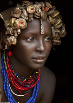 The African tribe turning Western rubbish into jewellery - - At a time when we are all being encouraged to recycle more, one tribe in Ethiopia has been showing off their latest fashion accessories made entirely from old pieces of rubbish. African Girl, African American Women, African Beauty, Beautiful Ethiopian Women, Most Beautiful Black Women, Nike Flex, Leonardo Dicaprio, Black History Month, Nike Zoom