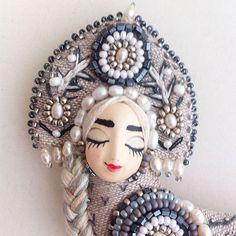 Для настроения 😉 #маришакнутовазаработой  Брошь сделана на заказ, мчит к хозяйке 🚀 #украшение #brooch #сирин #алконост #брошьптичка #подарок #jewelry