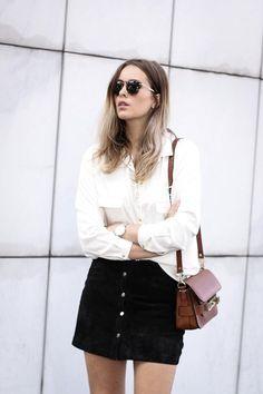 Jupe en suède noire, chemise blanche et sac marron ou comment bien adopter la tendance daim ! #look #outfit #streetstyle #mode