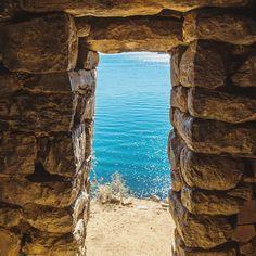 La porte des ruines du palais Inca de Pilkokaina donne sur le lac navigable le plus haut du monde le fameux Titicaca  Retrouvez notre article sur le lac Titicaca sur faimdevoyages.com  . . . . .  #bolivia #naturelovers #nature #vsco #travel #traveltheworld #f4f #traveller #awesomeday #l4l #20likes #awesome #bestoftheday #picoftheday #photooftheday #instagood #igersbolivia #amazing #bluesky #bluewater #lake #titicaca #titicacalake #colorful #highest #highestlake #southamerica…