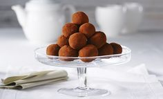 These almond truffles with pure maple syrup are sweet, decadent and ideal for treating yourself and others. Chocolate Truffles, Melting Chocolate, Dessert Simple, Fudge, Bar A Bonbon, Dessert Recipes, Desserts, A Food, Caramel