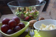 Jednoduchý salát s hroznovým vínem, nivou a ořechy