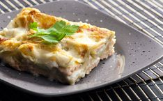 You know the secrets of the Emile Henry mortar and how to make a nice pistou now. But do you know the delicious salmon lasagna with pesto crust recipe. Share the recipe with your friends if it makes you hungry ! Seafood Recipes, Pasta Recipes, Cooking Recipes, Healthy Recipes, Ham Recipes, Sauce Béchamel, Food Porn, Light Recipes, Ravioli
