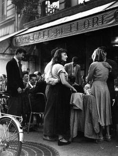 """""""Há um cansaço da inteligência abstracta, e é o mais horroroso dos cansaços. Não pesa como o cansaço do corpo, nem inquieta como o cansaço do conhecimento e da emoção. É um peso da consciência do mundo, um não poder respirar da alma.""""  Fernando Pessoa - Livro do Desassossego/ Cafe de Flore - 1947 - Doisneau"""