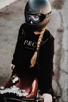 39 Ideas For Motorcycle Helmets For Women Hair Biker Girl Motorbike Girl, Motorcycle Helmets, Riding Helmets, Riding Bikes, Retro Motorcycle, Motorcycle Girls, Cafe Racer Helmet, Cafe Racer Girl, Lady Biker