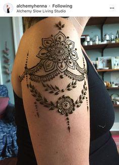Henna Tattoo Shoulder, Men Henna Tattoo, Henna Mehndi, Mehendi, Awesome Tattoos, Cool Tattoos, Back Henna, Henna Ideas, Sketch A Day