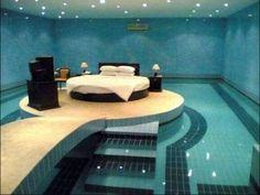 Piscina interna com um decoração e cama envolta.