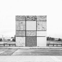Je viens d'avoir un énorme coup de coeur pour le travail d'Oliver Michaels, né à Londres et vivant actuellement à Brooklyn. Après des études aux Beaux Arts, il s'oriente rapidement vers la photo et la vidéo. Son travail s'axe sur le montage photo et le bricolage numérique, comme il le dit lui-même.  Dans cette série photographique en noir et blanc baptisée « Square in Square », l'artiste se concentre sur l'architecture en réalisant des bâtiments imaginaires faits à partir d'assemblages...