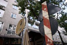 Sul palo del segnale stradale spunta un'antenna parabolica